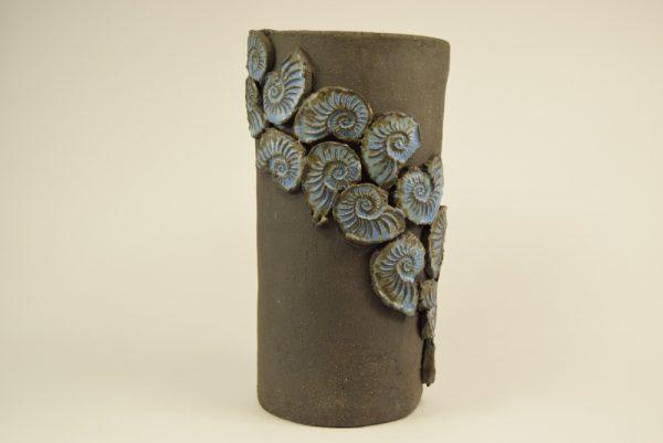 Håndlavet keramik vase med fossilie dekoration