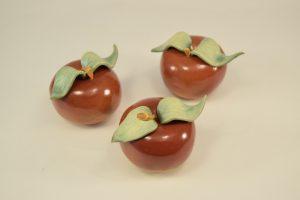 små røde æbler i keramik